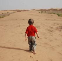 voyages4x4_desierto_ninos_espalda
